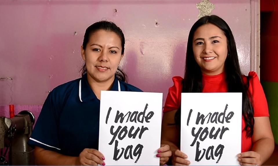 Imagen de Paola con un letrero que dice nosotras hacemos tu bolso