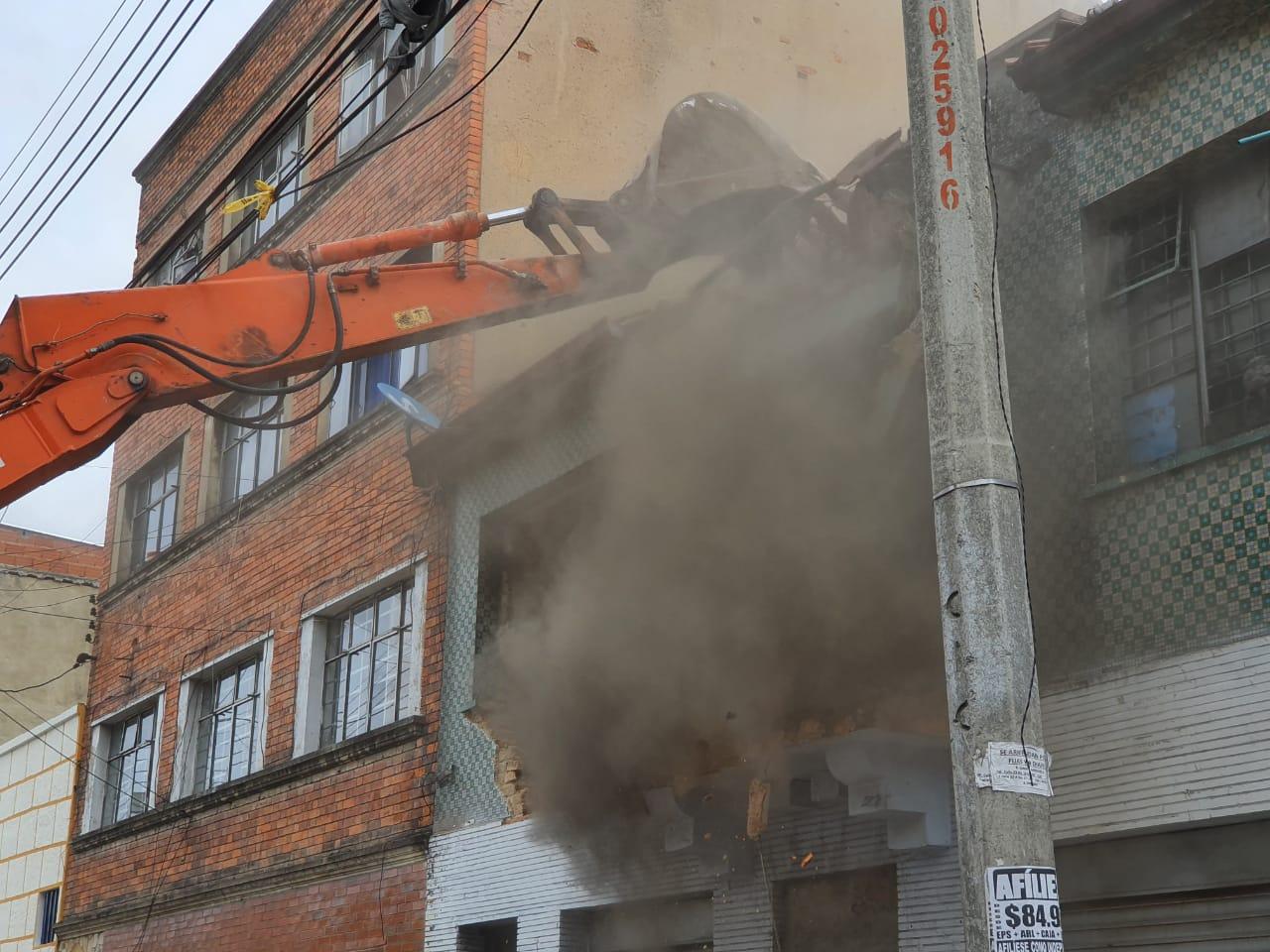 En este momento una máquina inicia la obra de demolición del predio- FOTO: Prensa Secretaría de Seguridad