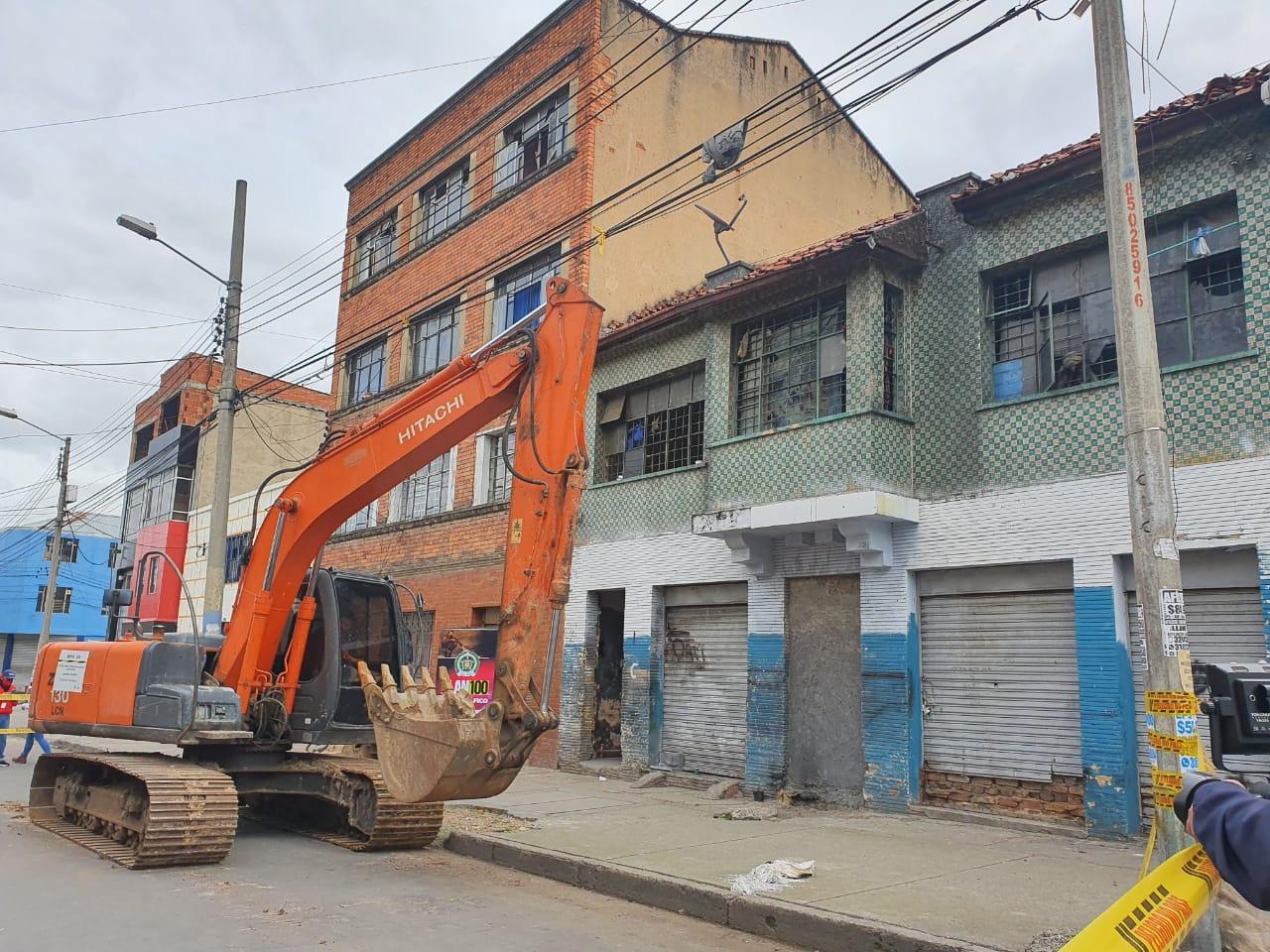 En este momento una máquina inicia la obra de demolición del predio - FOTO: Prensa Secretaría de Seguridad