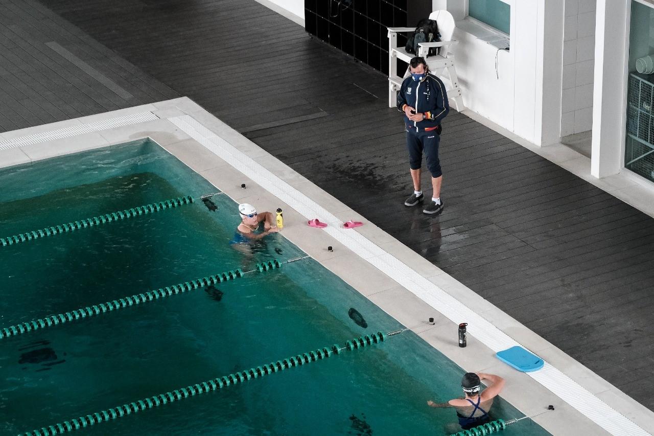 El profesor Estiven Ruiz dirigió el regreso de las nadadoras paralímpicas Sara Vargas y Laura González.
