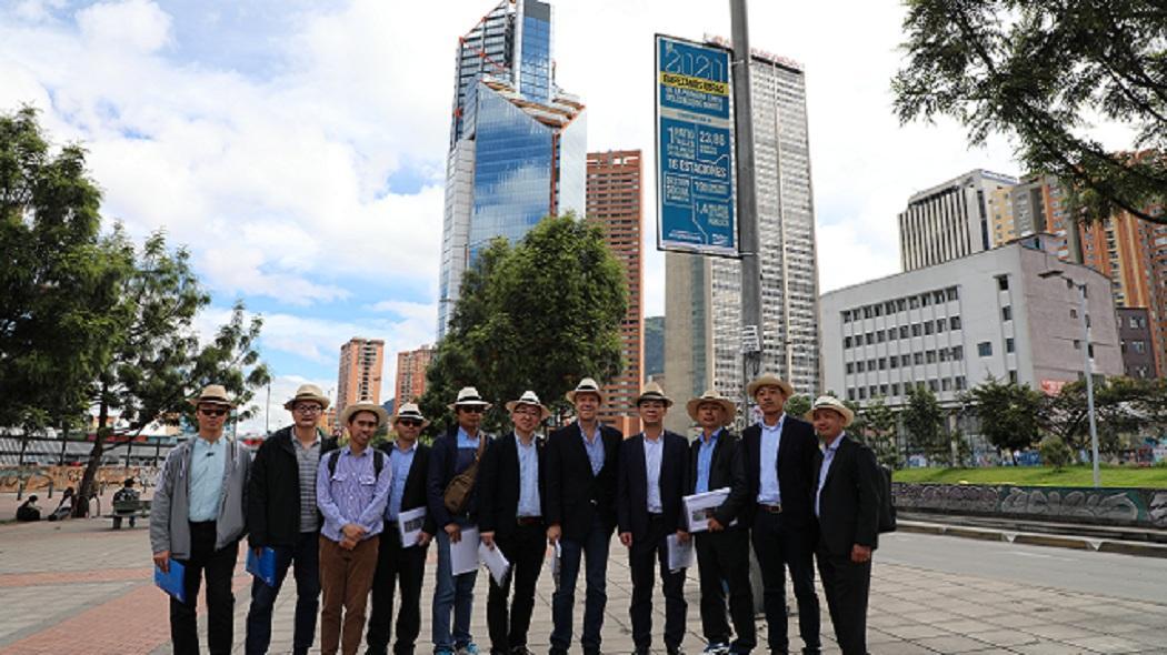 Gerente del Metro en compañia de ingenieros chinos.