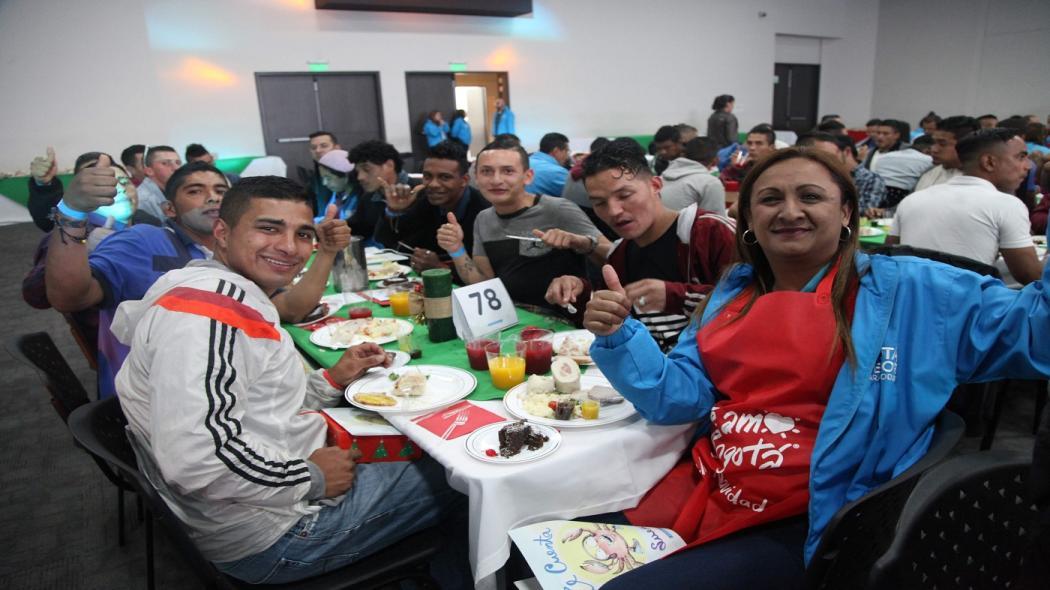 Más de 1.500 habitantes y ex de calle disfrutaron de cena navideña