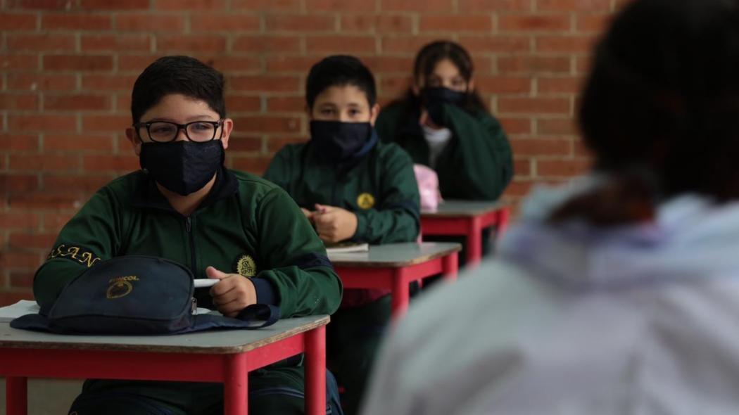 Niños con tapabocas en colegio