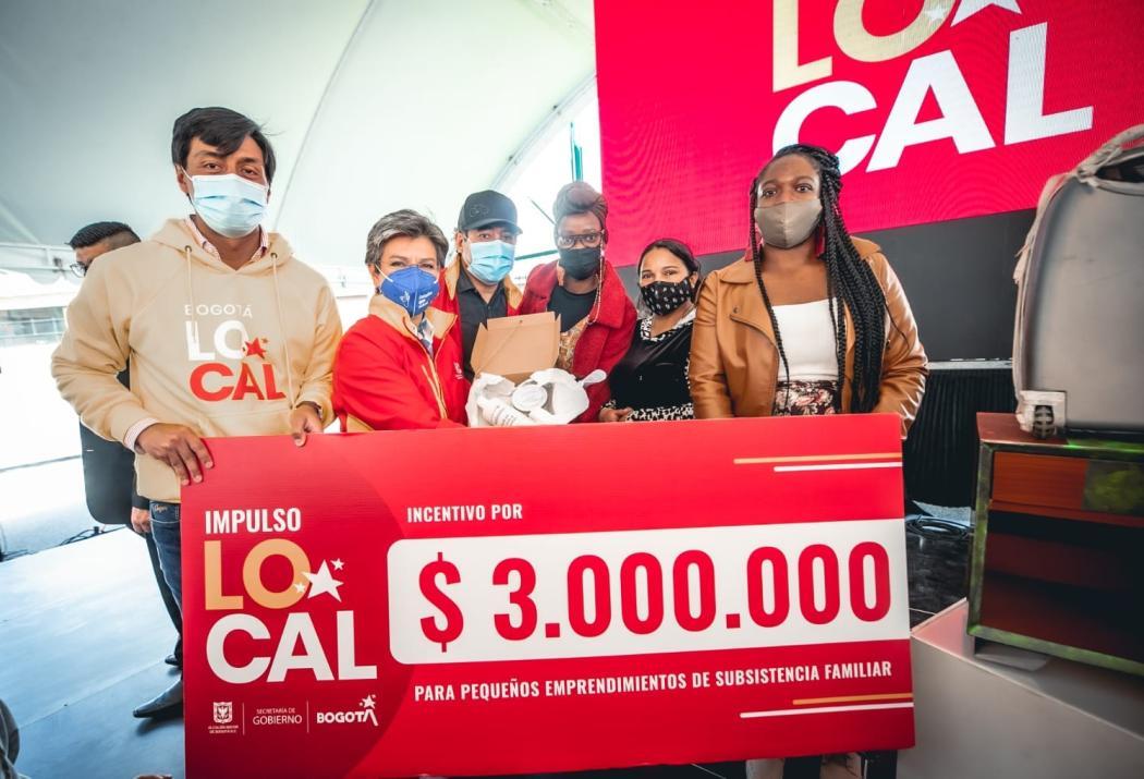 La alcaldesa, Claudia López, acompañó la cuarta entrega a 456 emprendedores de apoyos económicos del programa 'Bogotá Local', en el parque Ensueño de Ciudad Bolívar. Foto. Alcaldía.