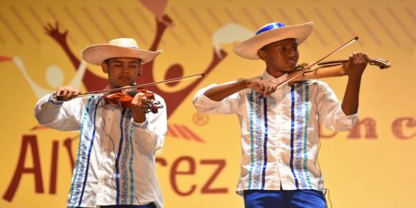 El folclor de mi pueblo violines - Foto: Teatro Mayor Julio Mario Santo Domingo
