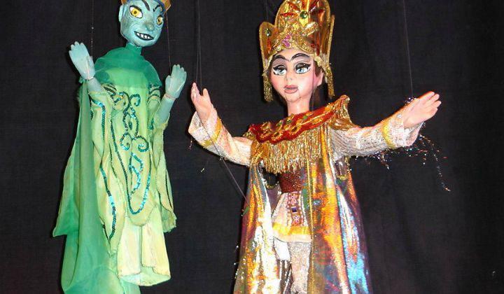 Aladino limpia la lámpara y sale  el genio quien les ayuda a escapar.