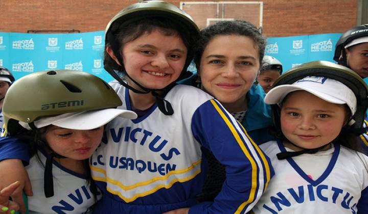 Niños van al pizarrón con secretaria social - Foto: Secretaría Social
