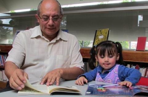 Abuelo leyendo a su nieta - Foto: bogota.gov.co - Carolina Duarte