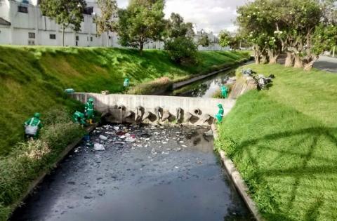 Administración local lideró jornada de limpieza en el canal Salitre de Barrios Unidos