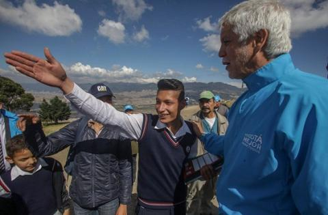 Alcalde con estudiante en Ciudad Bolívar - Foto: Comunicaciones Alcaldía Bogotá / Camilo Monsalve