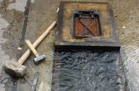 Aprenda a reportar una fuga de agua o faltante de tapas de Acueducto en Bogotá