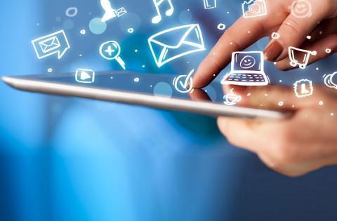 Manos de una persona navegando en internet a través de una tableta - Foto: www.applelianos.com