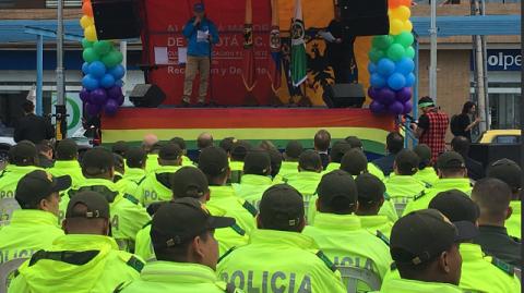 100 policías de Chapinero se gradúan en relacionamiento con comunidad LGBTI.