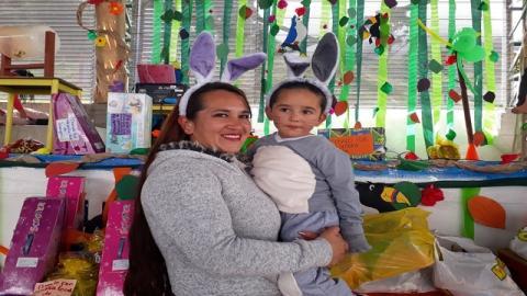 Yolanda Dimaté y su hijo Carlos Sebastián - Foto: Secretaría de Integración Social