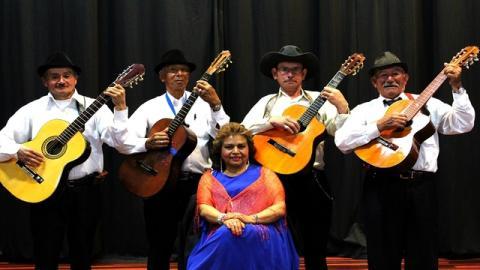 Doña María Inés Afanador y el grupo musical 'Parranderos Mayores' - Foto: Secretaría de Integración Social
