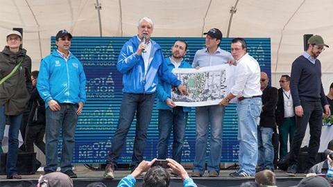Alcalde Peñalosa en barrio Caracolí - Foto: Alcaldía Mayor de Bogotá