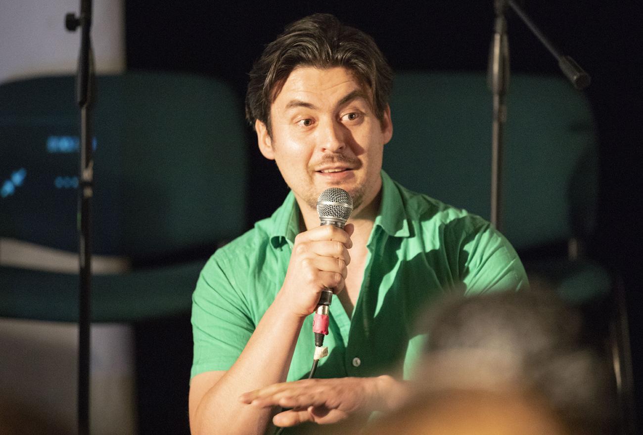 Imagen de Cristian Compagnon hablando al público