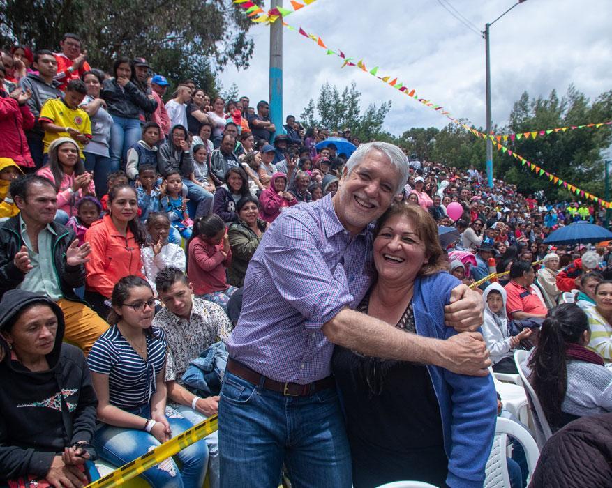 Los vecinos no ocultaron la alegría y le agradecieron al alcalde Enrique Pañalosa - Foto: Andrés Sandoval, Alcaldía de Bogotá.