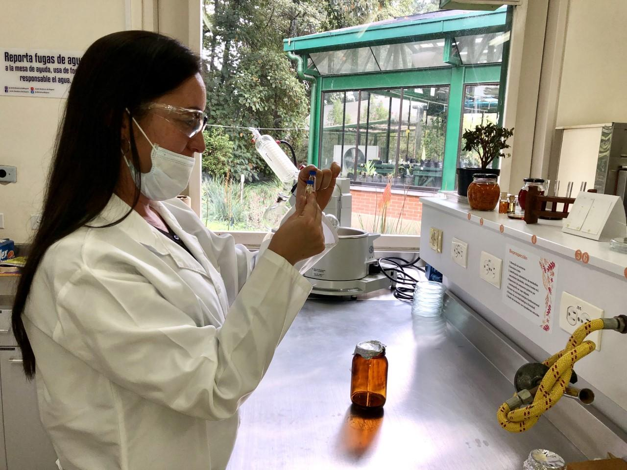 Imagen de una analista haciendo practicas en el laboratorio