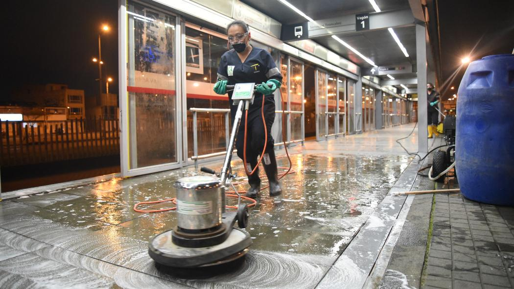 Aseo y desinfección en estación de TransMilenio