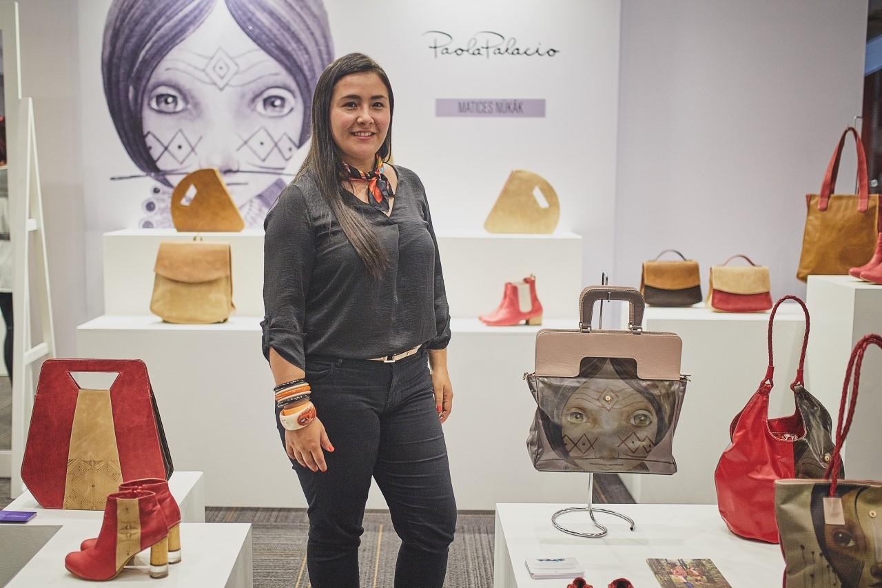 Imagen de Paola exhibiendo sus productos