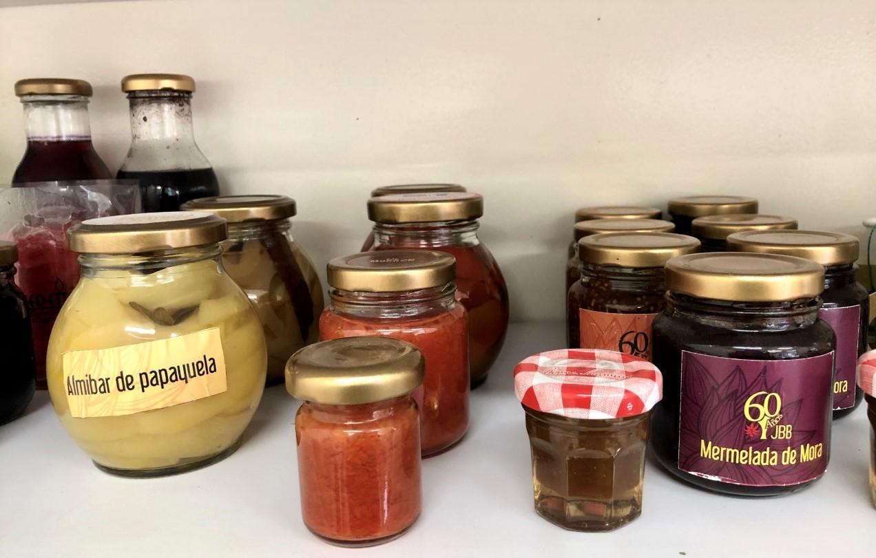 Imagen de frascos con conservas frutales