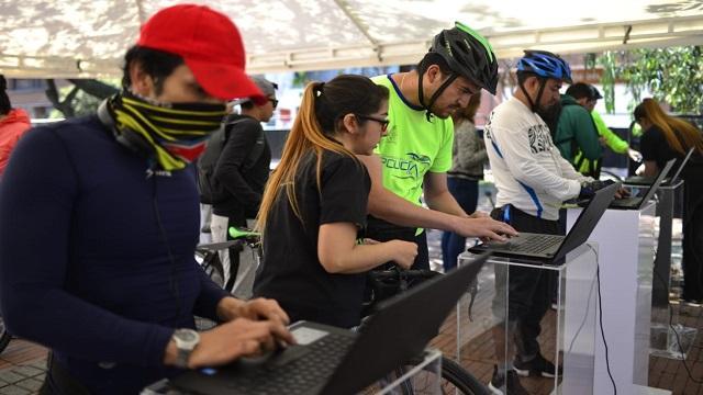 Biciusuarios registrando sus bicicletas