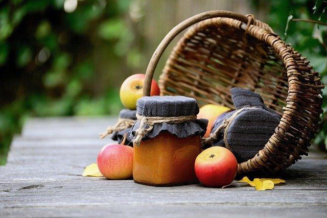 imagen de frutos y frascos de mermelada