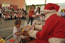 Entrega de regalos - Foto: www.lapatria.com