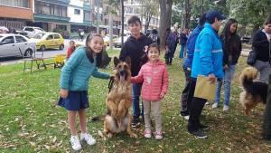 Recuerde recoger los excrementos de su mascota para evitar multas. Foto: Alcaldía de Teusaquillo.