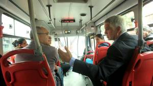 Alcalde viajando en TransMilenio - Foto: Prensa Alcaldía / Diego Bauman