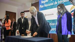 Firma construcción colegios Jornada Única - Foto: Prensa Alcaldía /  Camilo Monsalve