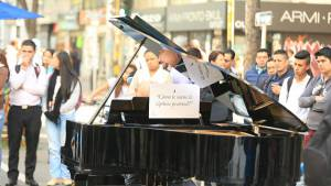 Un piano en la carrera Séptima para que cualquier ciudadano lo toque.