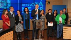 Alcalde con pequeños transportadores del SITP -  Foto: Comunicaicones Alcaldía Bogotá / Diego Bauman