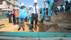 Alcalde Enrique Peñalosa recorrió obras de alcantarillado en Muzú