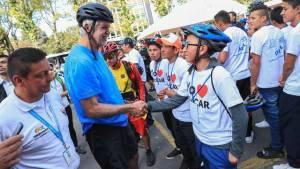 Alcalde Enrique Peñalosa dando un saludo de bienvenida a los niños protagonistas del 'BiciCar'
