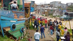 Los voluntarios rehabilitaron el parque de los niños, que está hecho de materiales reciclables.