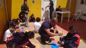Niños del Centro Crecer con los Bomberos de Bogotá.