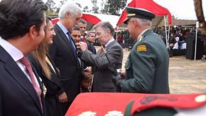 Enrique Peñalosa fue condecorado durante el aniversario del Ejército Nacional - Foto: Presidencia de la República