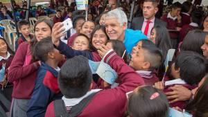 Entrega de tabletas en colegio Simón Rodríguez - Foto: Comunicaciones Alcaldía Bogotá / Andrés Sandoval