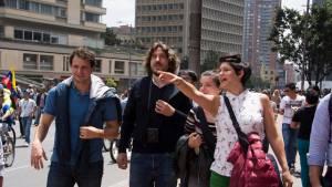 Estudiantes colombianos y suizos buscan soluciones de vivienda para personas de escasos recursos en Bogotá.