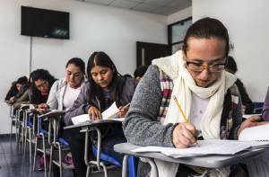 Adultos en el colegio - Foto: Secretaría de Educación