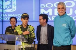 Alcalde con policía bachiller - Foto: Prensa Alcaldía Mayor