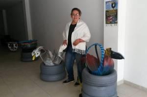 Artista con algunas de sus obras - Foto: Alcaldía Local de Bosa