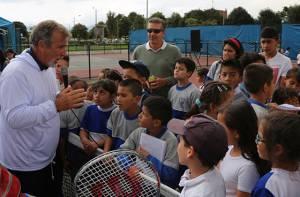 2.100 niños de colegios distritales aprenden a jugar tenis con los mejores