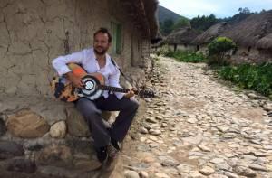 Cesar López con guitarra - Foto: Archivo personal de Cesar López