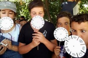 Niños con fenaquistiscopios - Foto: escuelasveranociempies.blogspot.com