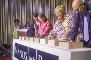 Nobeles de Paz plasman sus manos en arcilla - Foto: Prensa Alcaldía Mayor de Bogotá