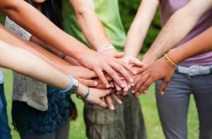 Manos unidas de jóvenes - Foto: blog.zonajobs.com