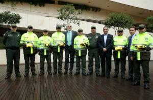 Regalo a policías - Foto: Diego Bauman-Alcaldía Mayor de Bogotá